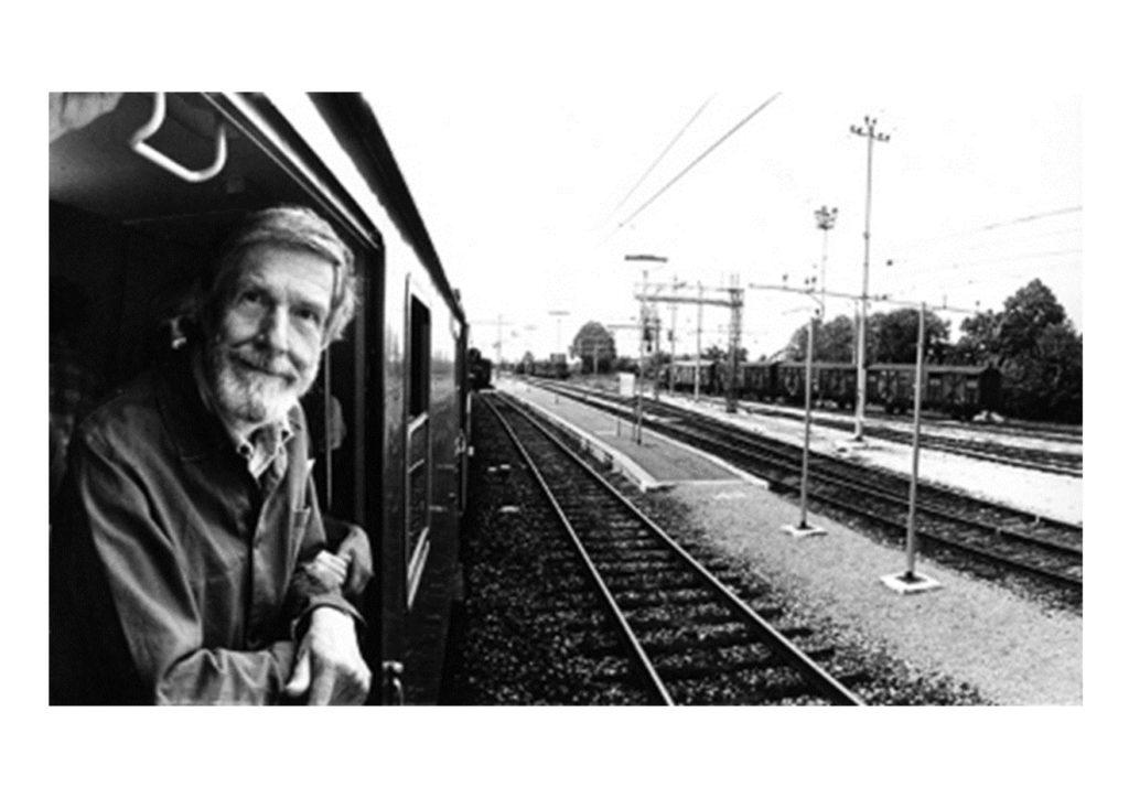 John Cage si affaccia dal treno