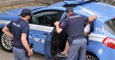 Due anziane mettono in fuga un ladro. Condomini e polizia fanno il resto.