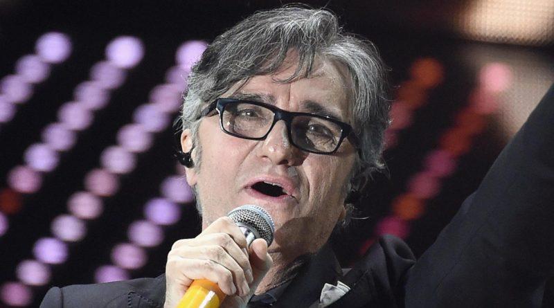 Gaetano Curreri, leader degli Stadio, si accascia sul palco